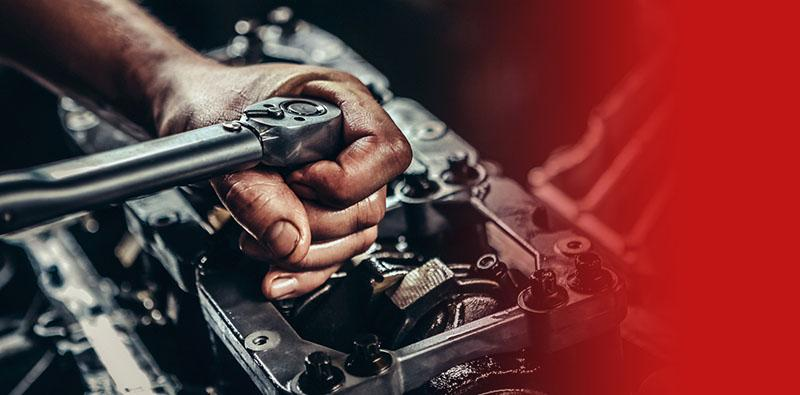 Mechanik przykręca śrubę